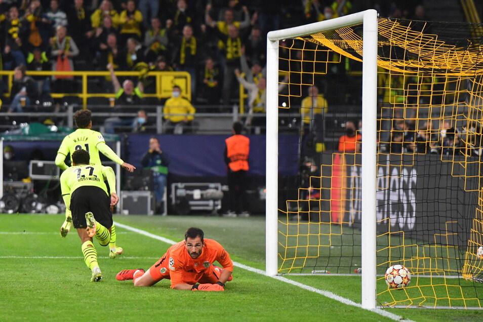 Dieser Jubel war von kurzer Dauer: Dortmunds Donyell Malen (oben, l) erzielt neben Jude Bellingham ein Abseitstor gegen Lissabons Torhüter Antonio Adan.