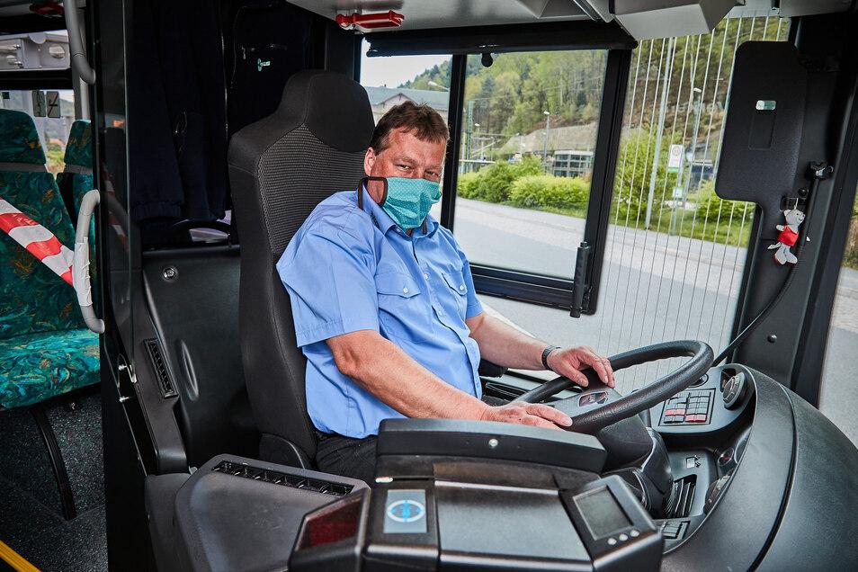 Jeder Busfahrer hat eine Bedeckung für Mund und Nase dabei, muss sie aber nicht dauerhaft tragen.