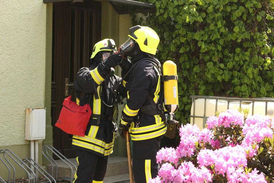 Bei schönstem Frühlingswetter waren insgesamt knapp 100 Einsatzkräfte an der Übung beteiligt - einige auch unter Atemschutz.