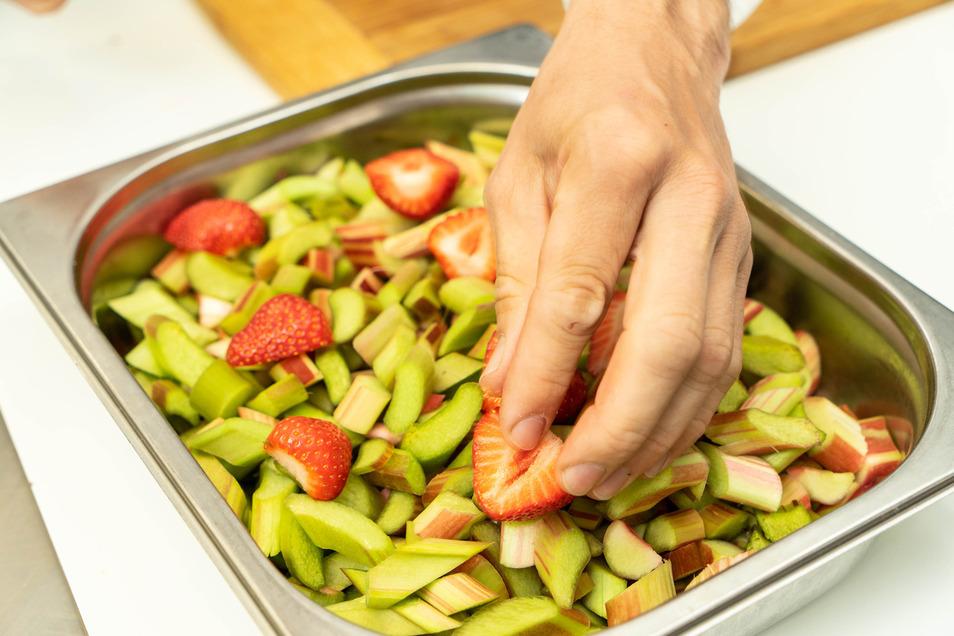 Den Rhababer gemeinsam mit den Erdbeeren in eine feuerfeste Schale geben.