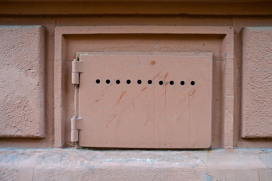 Besonders wenn es draußen warm und schwül ist, sollten Kellerfenster besser geschlossen bleiben.