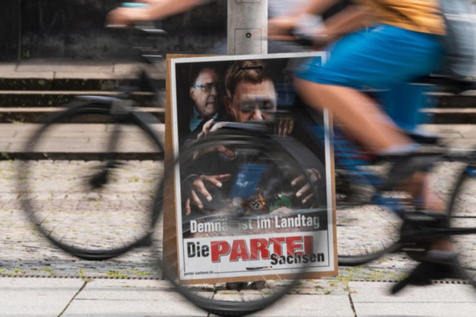 Insgesamt 38 Wahlplakate hat die Polizeidirektion Görlitz nach eigenen Angaben in ihrem Bereich von der Satirepartei abgenommen. Vor allem wegen diesem Motiv.