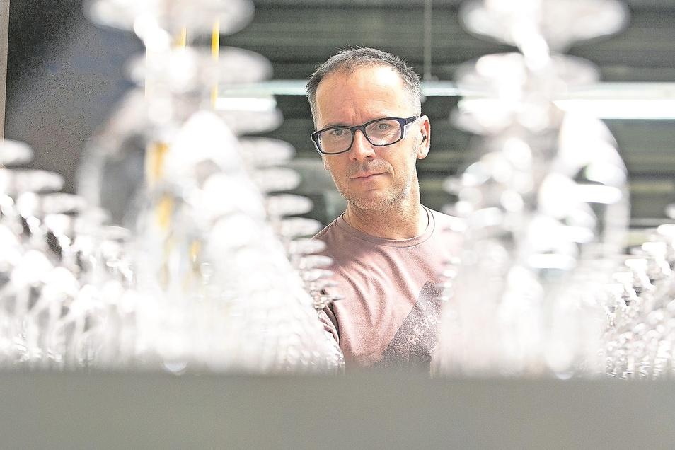 Jan Knöfel (48) ist einer von 400 Mitarbeitern bei Stölzle Lausitz in Weißwasser. Das Unternehmen produziert jährlich rund 40 Millionen Trinkgläser, vorrangig für Kunden aus den Sparten Gastronomie, Hotellerie, Fluggesellschaften und Schifffahrtslinien.