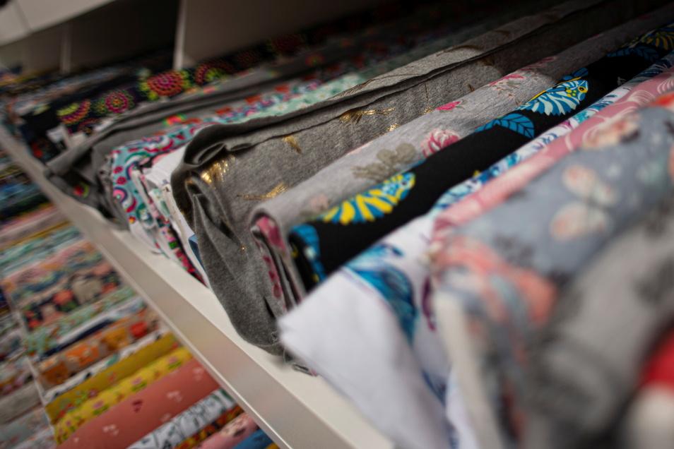 """Hunderte Stoffe hält Andrea Seibt in ihrem neuen """"Ellenlang""""-Geschäft bereit. Hier kann sie diese bestens präsentieren."""