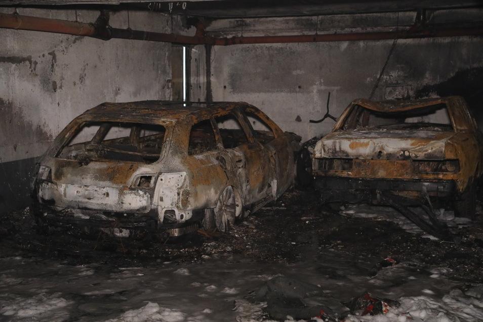 Ein ausgebranntes Fahrzeug könnte im Zusammenhang mit dem spektakulären Einbruch stehen.
