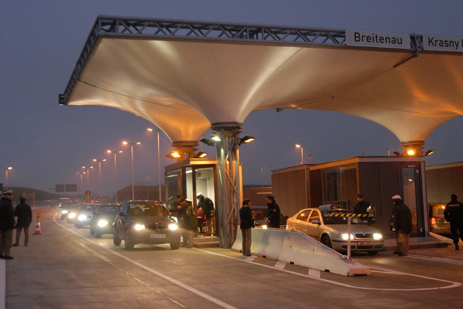 Am 21. Dezember 2006 rollte erstmals der Verkehr über den neuen Autobahnübergang über die Grenze.
