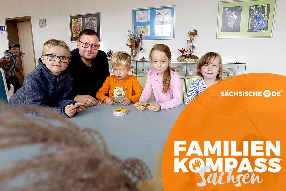 Bürgermeister Christian Rammer freut sich über den Zuwachs in Großnaundorf. Die Freie evangelische Grundschule, die 2019 eröffnet wurde, zieht Familien an. Die Erstklässler Justus, Lennox, Greta und Anni (v.l.) fühlen sich wohl hier.