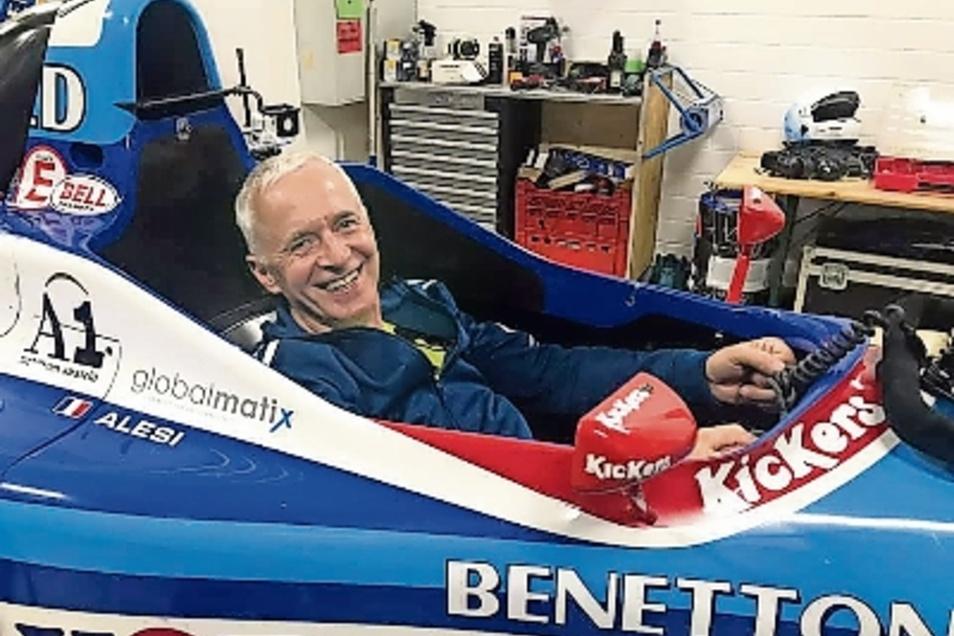 Henner Ruscher im originalen Formel-1-Rennwagen von Jean Alesi.
