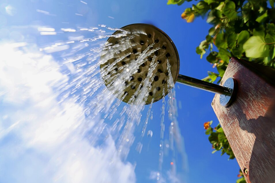 In Gärten mit wenig Platz kann eine Outdoor-Dusche eine günstige Alternative sein.