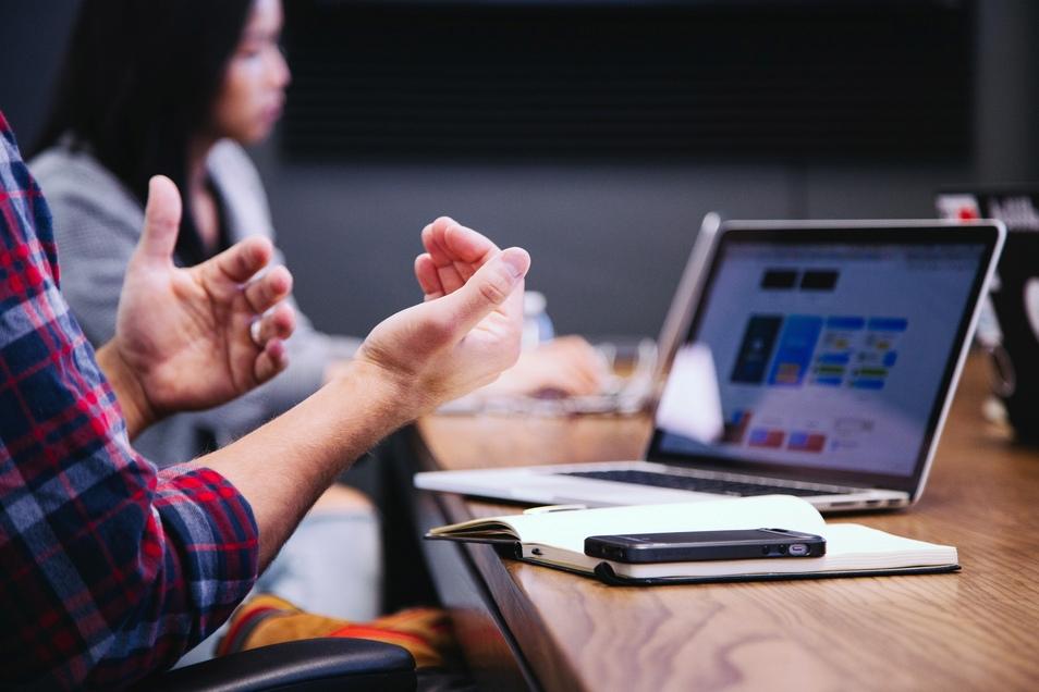 Immer neues Wissen, immer neue Anforderungen: Die Arbeitswelt verändert sich schnell, für viele zu schnell.