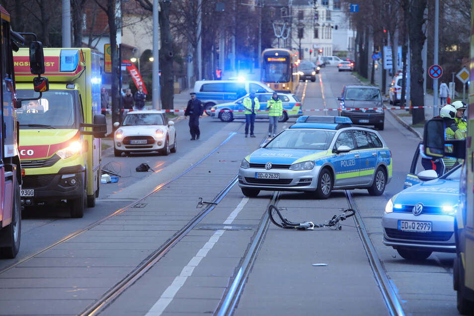 Blick auf die Unfallstelle am Freitag: Das Rad wurde in zwei Teile gerissen, die Fahrerin erlag ihren Verletzungen.