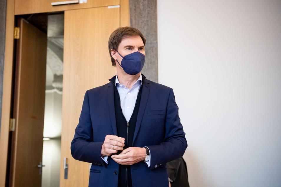 Carsten Maschmeyer steht zu Prozessbeginn in einem Gerichtssaal vom Landgericht München I.
