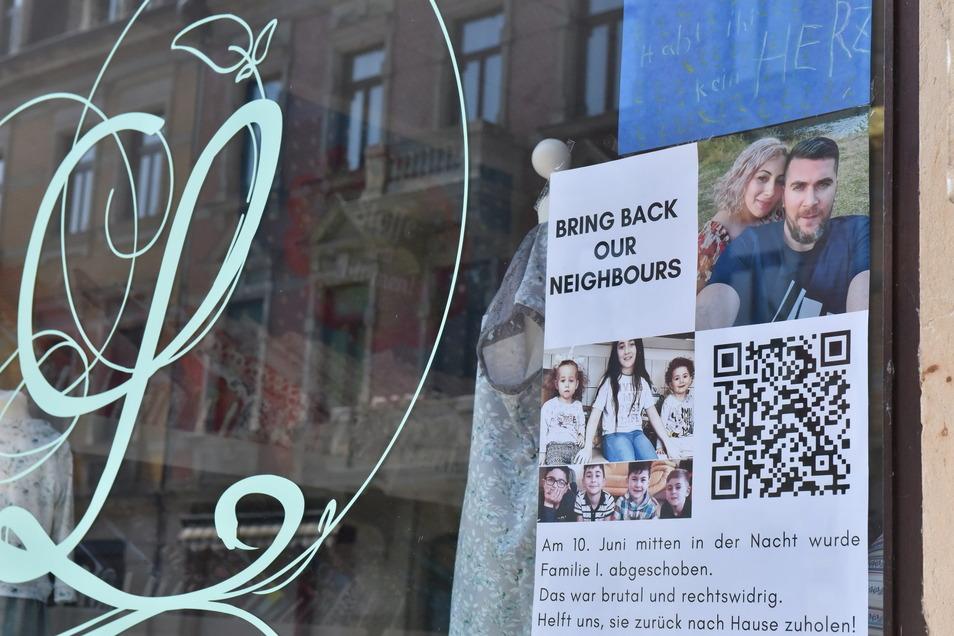 In vielen Pirnaer Schaufenstern wird auf die abgeschobene Familie Imerlishvili aufmerksam gemacht. Jetzt rufen die Unterstützer zu einer Kundgebung auf.