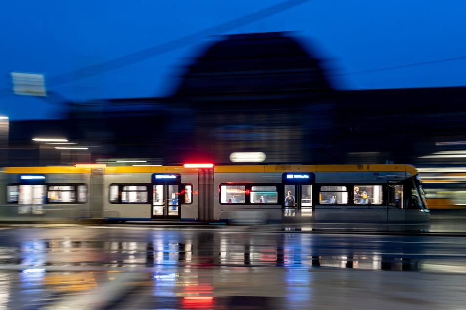 in 71-Jähriger ist am Donnerstag an einer Straßenbahnhaltestelle am Leipziger Hauptbahnhof tödlich angefahren worden.
