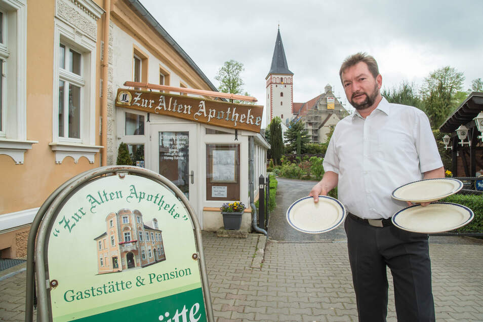 """Henry Kieslich hofft, dass er in seiner Kodersdorfer Gaststätte """"Zur alten Apotheke"""" bald wieder volle Teller anbieten kann."""