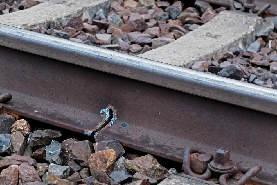 So wurden die Schienen des Leipziger Gleises aller neun Schwellen von unten angesägt, um sie abreißen zu können.