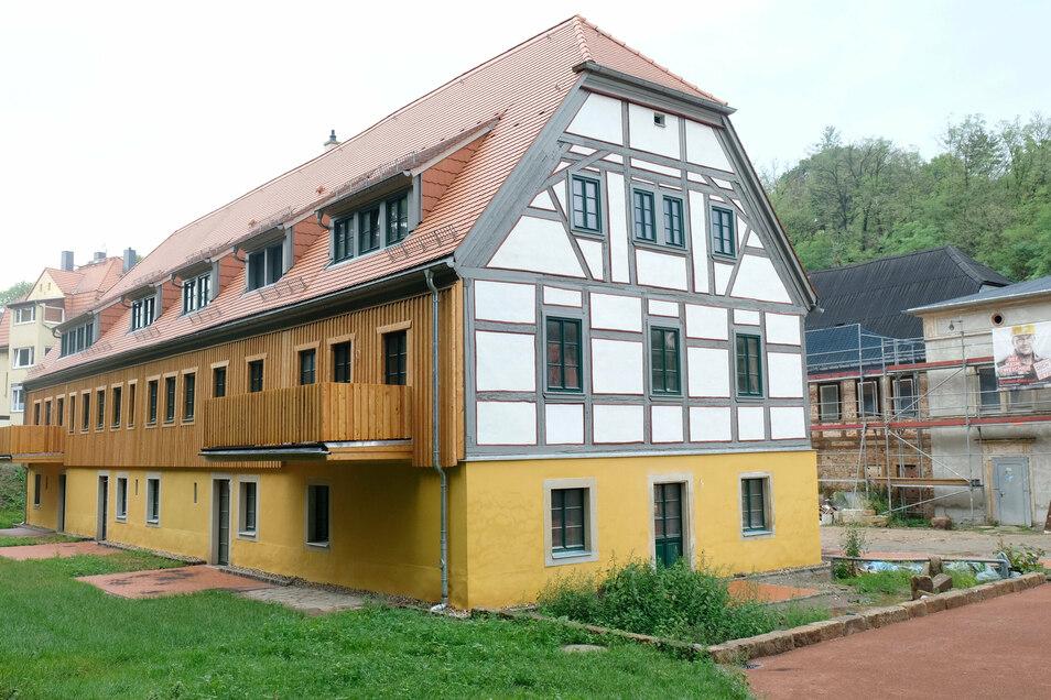 Statt einer Ruine sieht man nun ein fertiges Fachwerkhaus, das zum gemütlichen Wohnen am Burgberg einlädt.