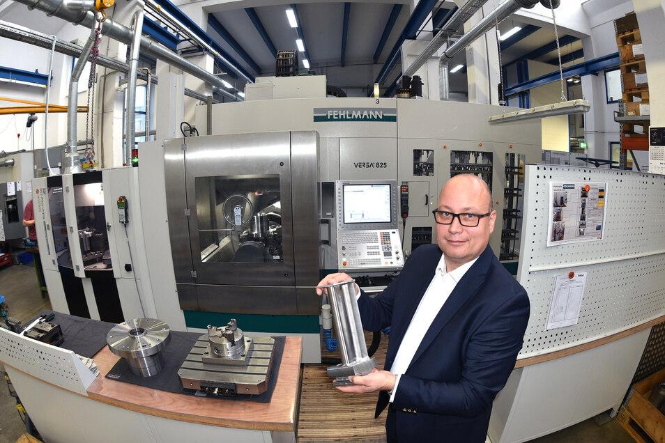 Lars Friedrich, Geschäftsführer der Havlat Präzisionstechnik GmbH Zittau, vor einer der neuen Maschinen.