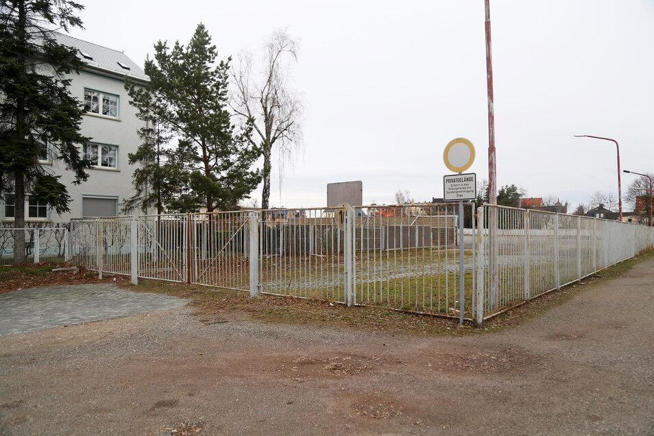 Seit das Widmann-Autohaus weg ist, ist diese Zufahrt am Lutherplatz verschlossen. Dort soll künftig Lieferverkehr durchführen. Direkt rechts daneben geht es zur Trinitatisschule.