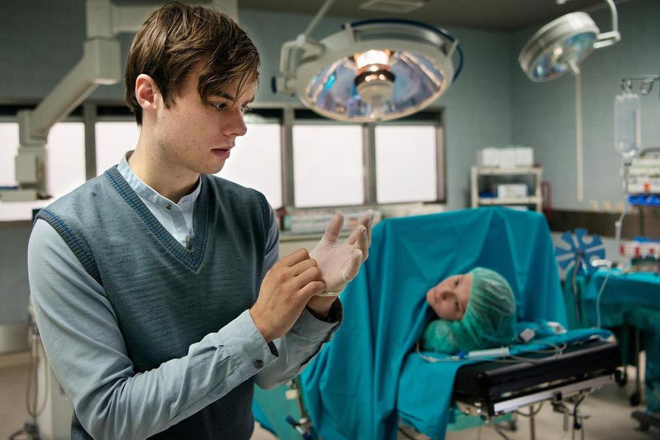 Jonas Fleischhauer (Tom Gronau, l.) verschafft sich illegal Zutritt zum Operationssaal, in dem die 16-jährige Larissa (Paraschiva Dragus) auf einen Schwangerschaftsabbruch wartet.