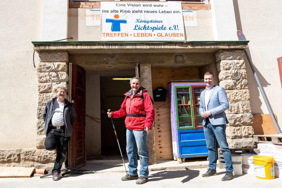 Baubesprechung mit Abstand: Thomas Leonhardi, Manfred Schlotzhauer und Bürgermeister Tobias Kummer (v.l.) vor dem Lichtspielhaus in Königstein.