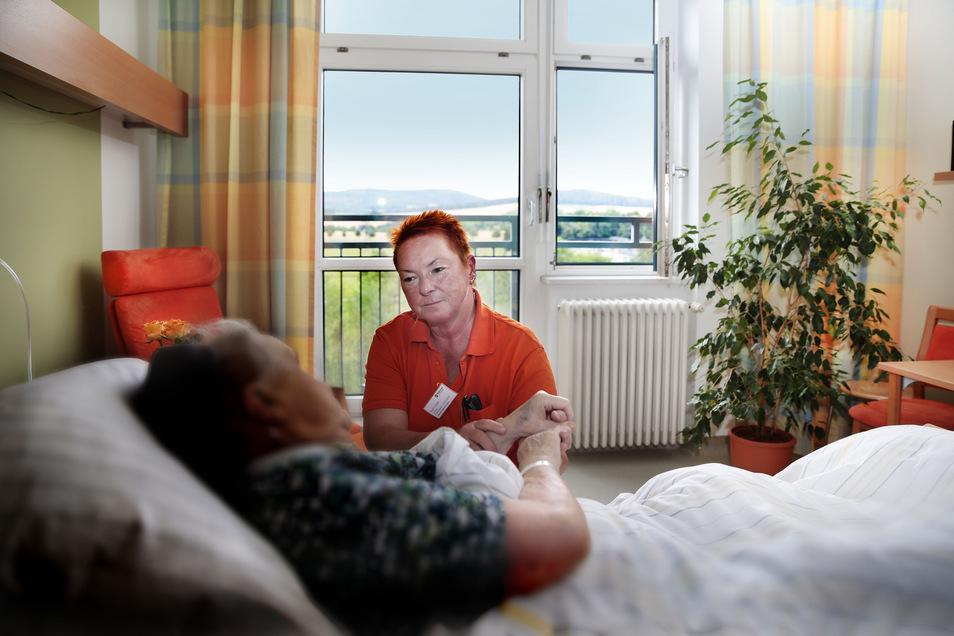 Schwester Karin Lauke kann sich Zeit nehmen für die Patienten auf der Palliativstation im Kamenzer Malteser-Krankenhaus St. Johannes. Sie kann auch einfach mal an einem Bett sitzen und die Hand halten.