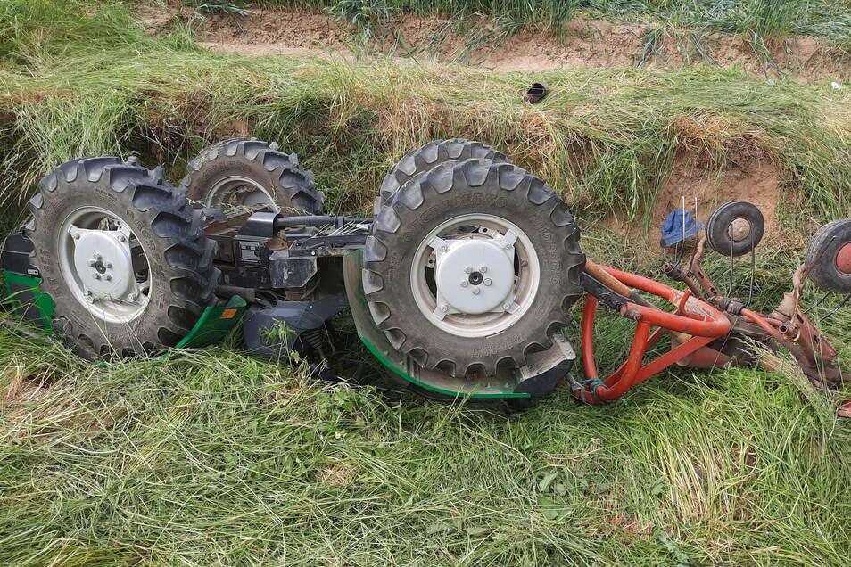 Teile des Traktors, unter den der Mann bei dem Unfall nahe Crostwitz geraten ist.