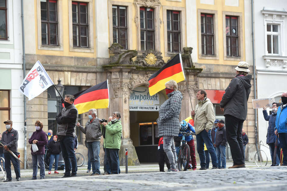 Jeder Teilnehmer stand während der Demo auf einem Quadrat - um den Mindestabstand einzuhalten.