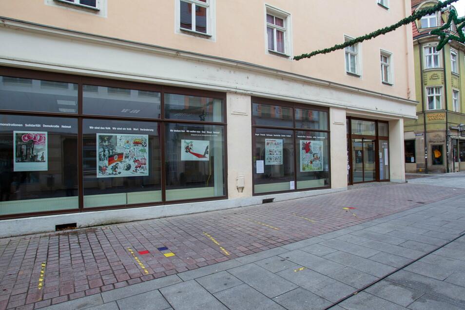 """Laden Schössergasse 6/Ecke Dohnaische Straße in Pirna: Umgestaltet zum Zeitfenster zum Thema """"Widerstand""""."""