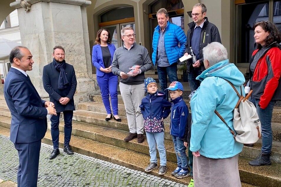 Oberbürgermeister Octavian Ursu dankt Axel Krüger, Claus Hein von der Niederschlesischen Wurstmanufaktur Hein, der Craftbeer Brauerei Sudost und dem Bürgerrat für ihr Engagement sowie den Besuchern für ihre Spenden.
