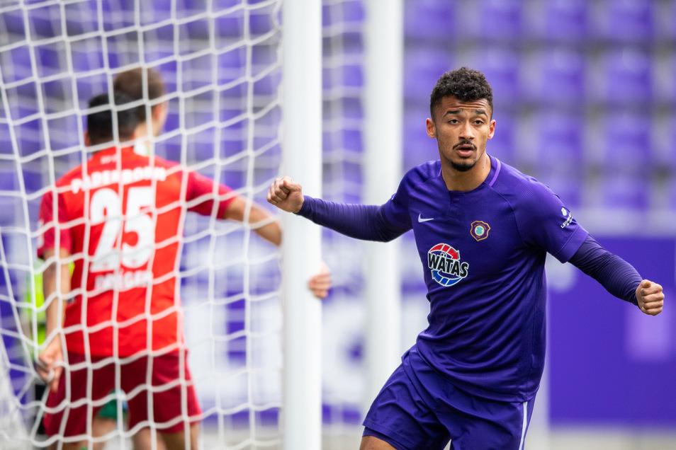 Aue führt: Emmanuel Iyoha jubelt über seinen Treffer zum 1:0. Die Erzgebirger feiern einen wichtigen Heimsieg gegen Paderborn.