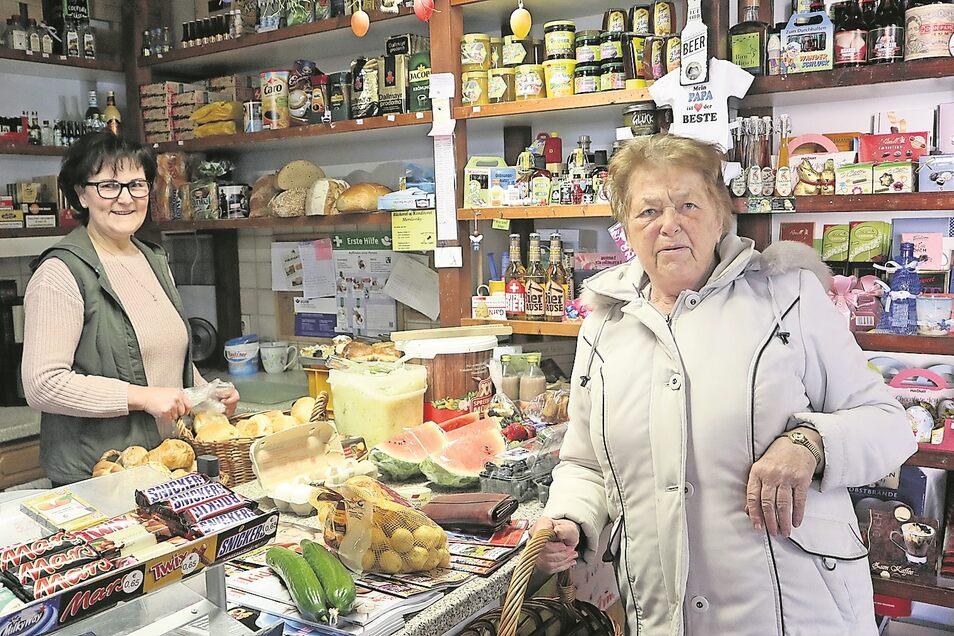 Doreen Thumann (li.) führt seit 22 Jahren ihren Dorfladen in Groß Düben, der in normalen Zeiten auch ein Treffpunkt für die Bewohner des Ortes ist. Käthe Piontek ist eine der treuesten Kundinnen.
