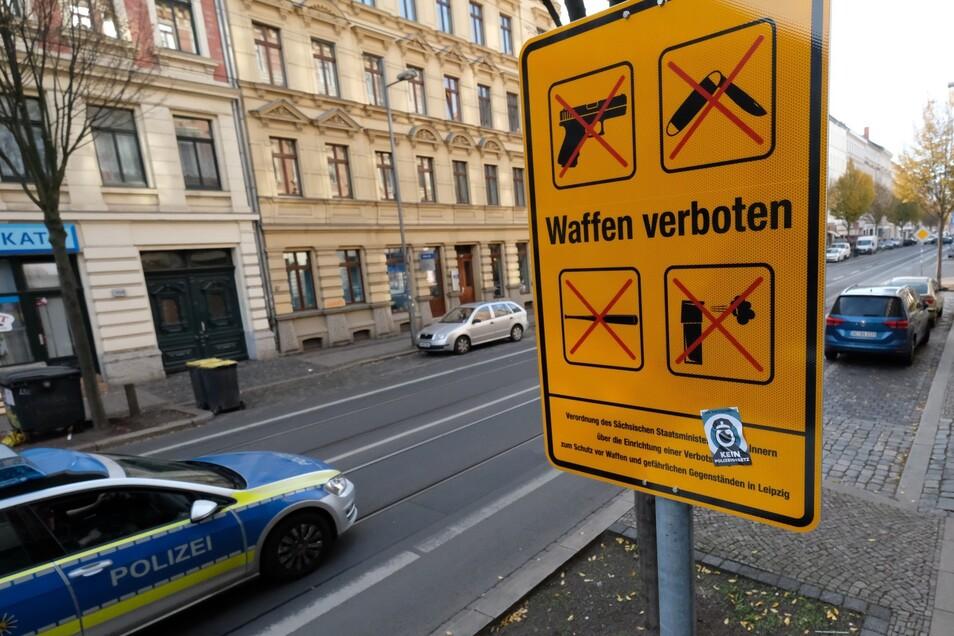Ein Schild weist in Leipzig auf der Eisenbahnstraße auf die Waffenverbotszone hin.