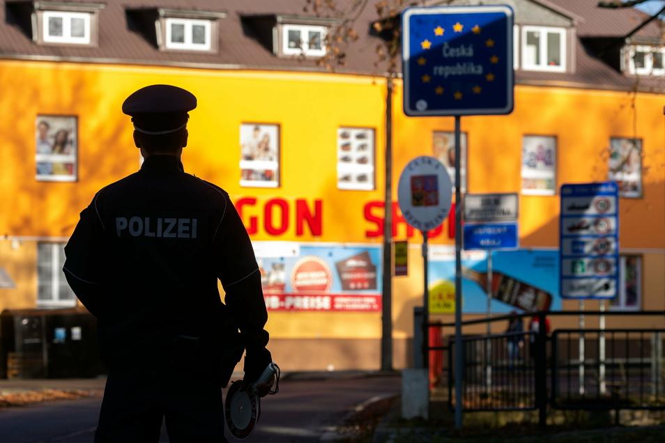 An den Grenzübergängen - wie hier in Sebnitz - soll es rund um Silvester mehr Kontrollen geben.