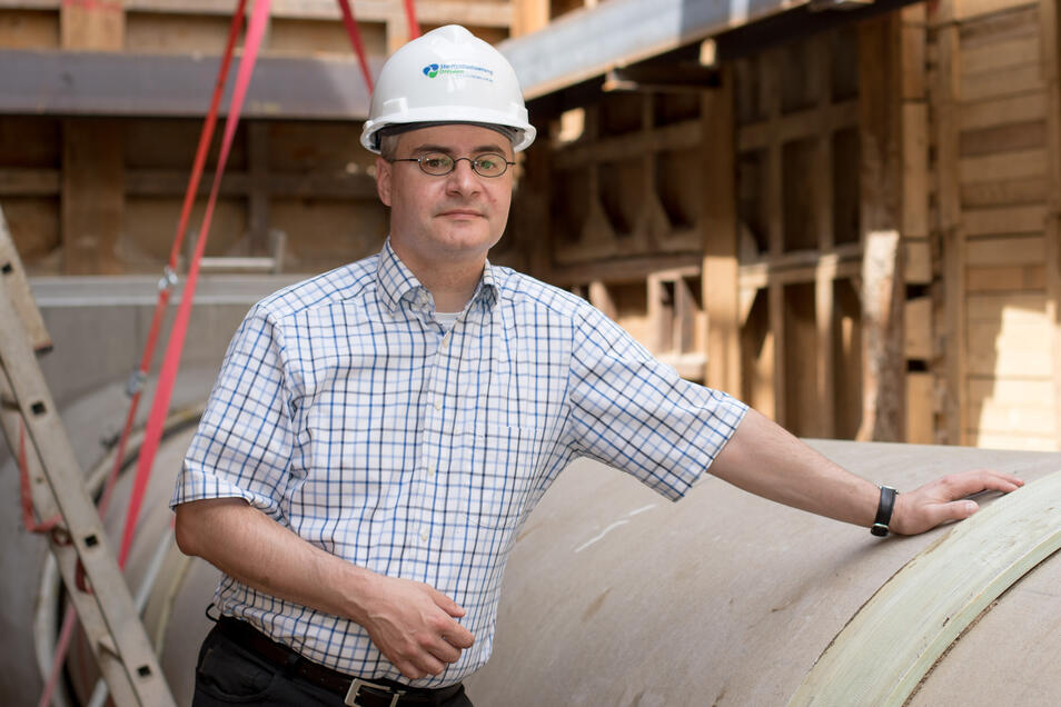 Investitionschef Torsten Seiler von der Stadtentwässerung vor dem Anschluss für den geplanten Hauptkanal in den Dresdner Norden. Durch ihn sollen die Abwässer der Mikroelektronik-Industrie fließen.
