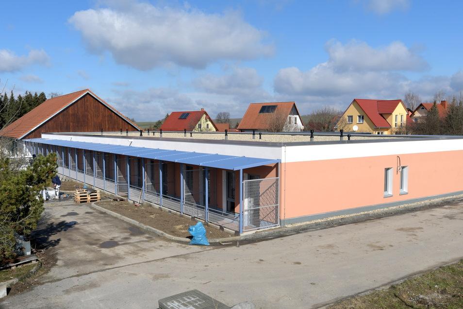 Für die Kurzzeitpflege hat die Diakonie ein neues Gebäude im Kaufpark Mittelherwigsdorf errichten lassen. Sämtlich Terrassen sind durch Spaliere abgegrenzt, an denen sich Kletterrosen ranken sollen.
