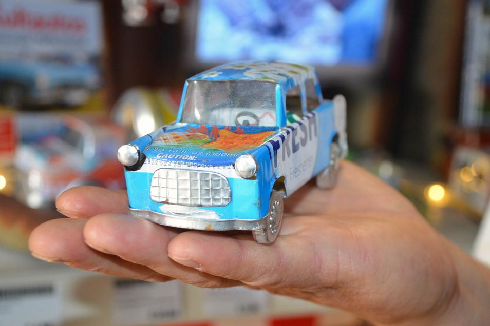 Der Trabi und andere Fahrzeuge stammen aus einem fernen Land – und sind aus Blechbüchsen recycelt.