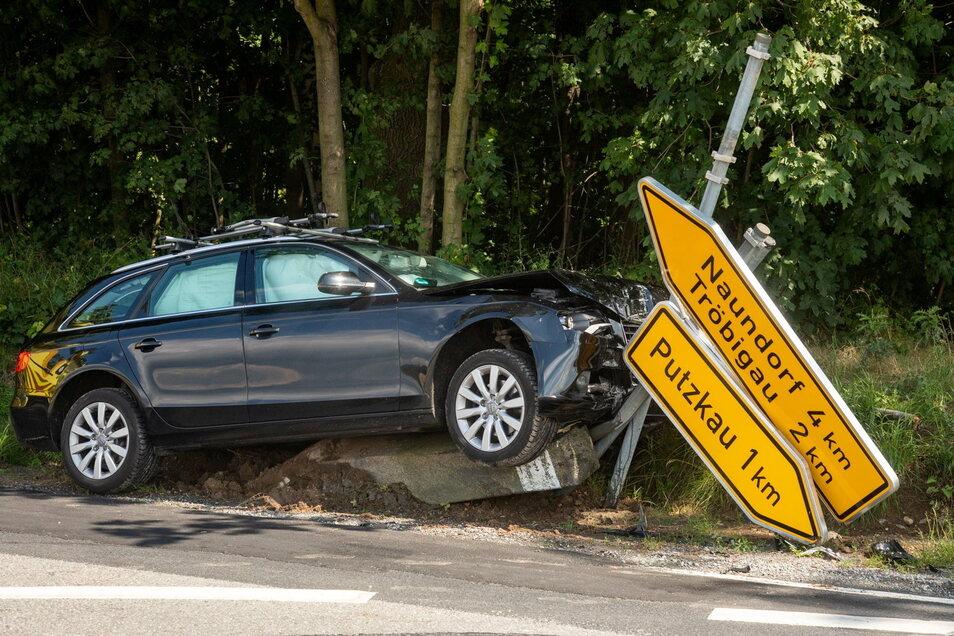 Zwischen den Ortschaften Tröbigau und Putzkau kam eine Pkw-Fahrerin von der Fahrbahn ab. Sie fuhr dabei mehrere Schilder und eine Wegesäule um.