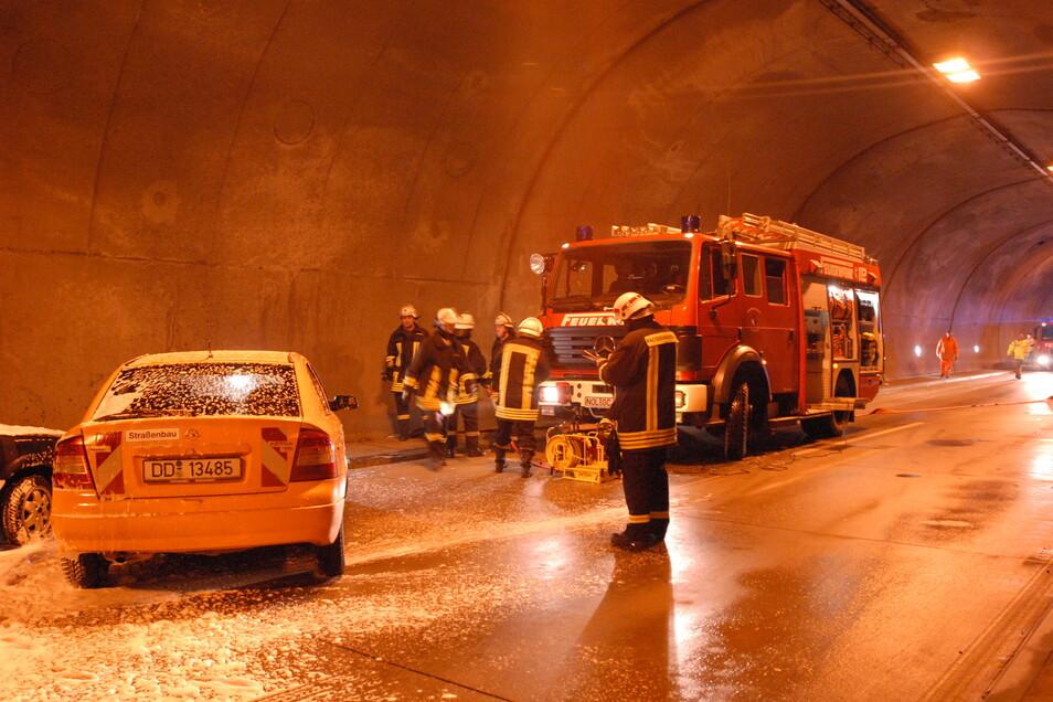 Was hier noch geübt wurde, könnte während der Sanierung des Autobahntunnels bittere Realität werden: Um Zwischenfällen zu begegnen, richtet der Freistaat eine zusätzliche Feuerwache ein.