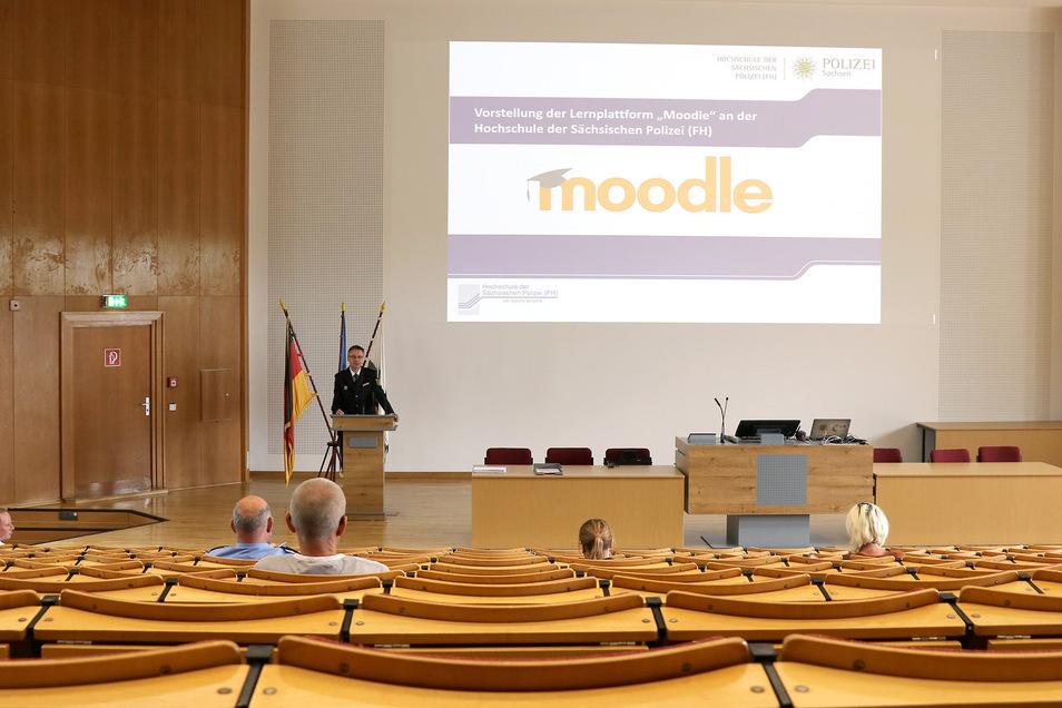 """Die Studenten der sächsischen Polizeihochschule in Rothenburg lernen von zu Hause aus über die digitale Plattform """"Moodle"""". Dazu wurden kürzlich die Lehrkräfte eingewiesen."""