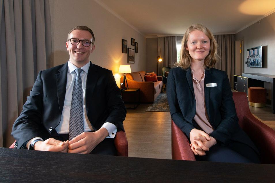 Hotelchef Klink mit Cindy Knoblauch, der Kommunikationsmanagerin des Hauses in der großzügig geschnittenen Family-Suite, zu der noch zwei Schlafzimmer gehören.