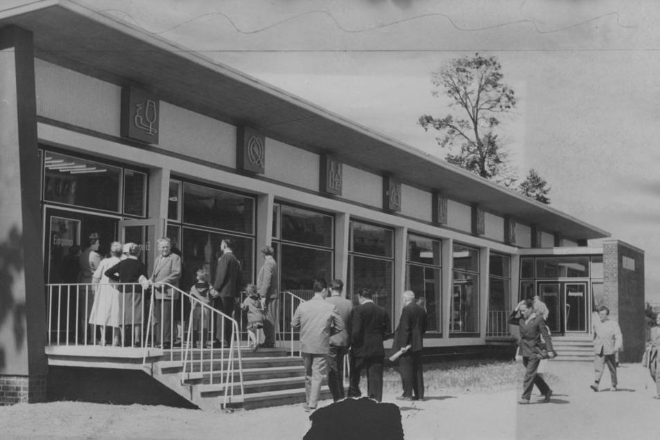 """Das Schnellrestaurant Gastronom """"Picknick"""" an der Grunaer Straße zur Eröffnung 1961 - vielen besser bekannt als """"Dreckscher Löffel""""."""