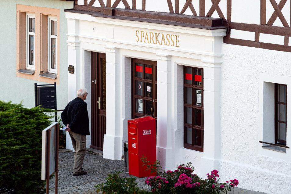 Seit Monaten ist die Sparkasse personell nicht mehr besetzt. Aber einen Geldautomaten gibt es noch.