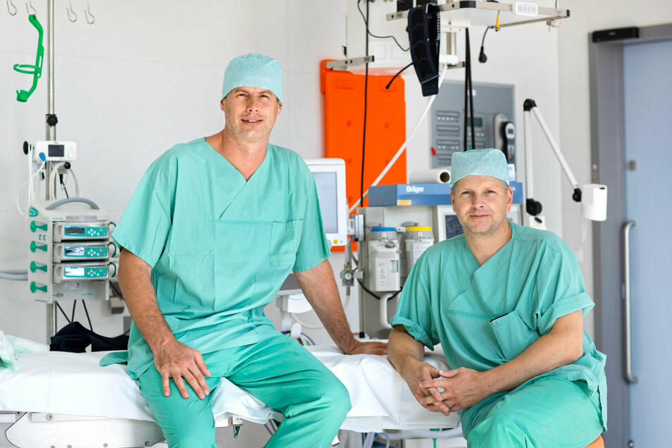 Chefarzt Prof. Dr. Oliver Stöltzing (rechts) und Oberarzt Dr. Petr Pachir zeigen den neuen Riesaer OP-Saal, wo Hämorrhoiden mit einer neuen Methode operiert werden.
