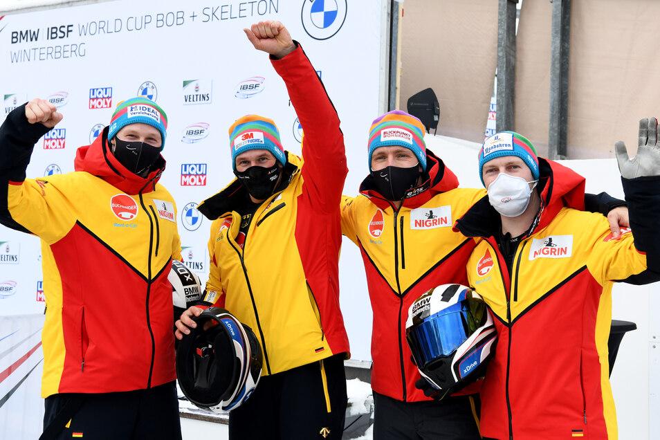 Sie sind die Siegerpose gewohnt, hier nach dem Weltcup-Sieg in Winterberg: Francesco Friedrich und seine Anschieber Thorsten Margis, Candy Bauer und Alexander Schüller (von rechts).