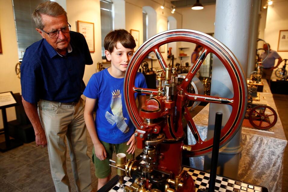 Da staunen sie: Jonathan Franke durfte sich mit seinem Opa, der Mitglied im Verein ist, schon einmal die neue Sonderausstellung im Technischen Museum in Großröhrsdorf anschauen.
