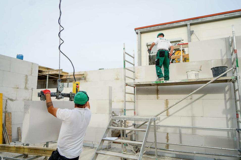 Das Bauunternehmen Nyla aus Niesky errichtet den Rohbau für die neue Schule in Goldbach. Bis Anfang November soll er stehen.