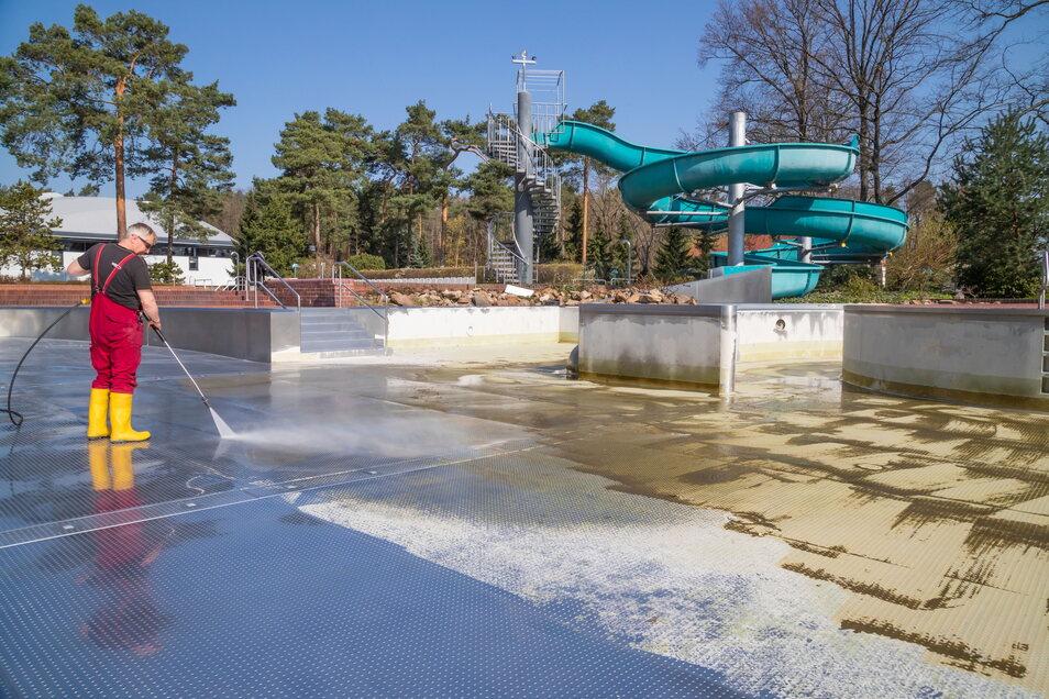 Die Reinigung der Schwimmbecken im Waldbad Niesky ist abgeschlossen. Inzwischen sind die Becken mit Wasser gefüllt und bereit für die Badegäste.