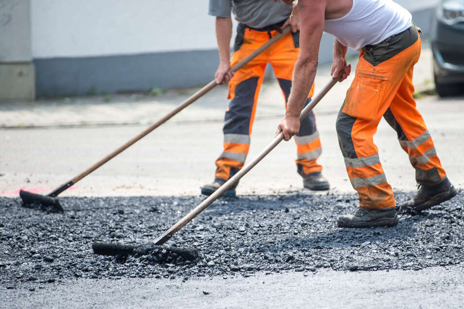 Im Stadtgebiet von Bautzen werden jetzt Risse in Fahrbahnen saniert. Deswegen kann es in den nächsten Tagen zu Verkehrsbehinderungen kommen.