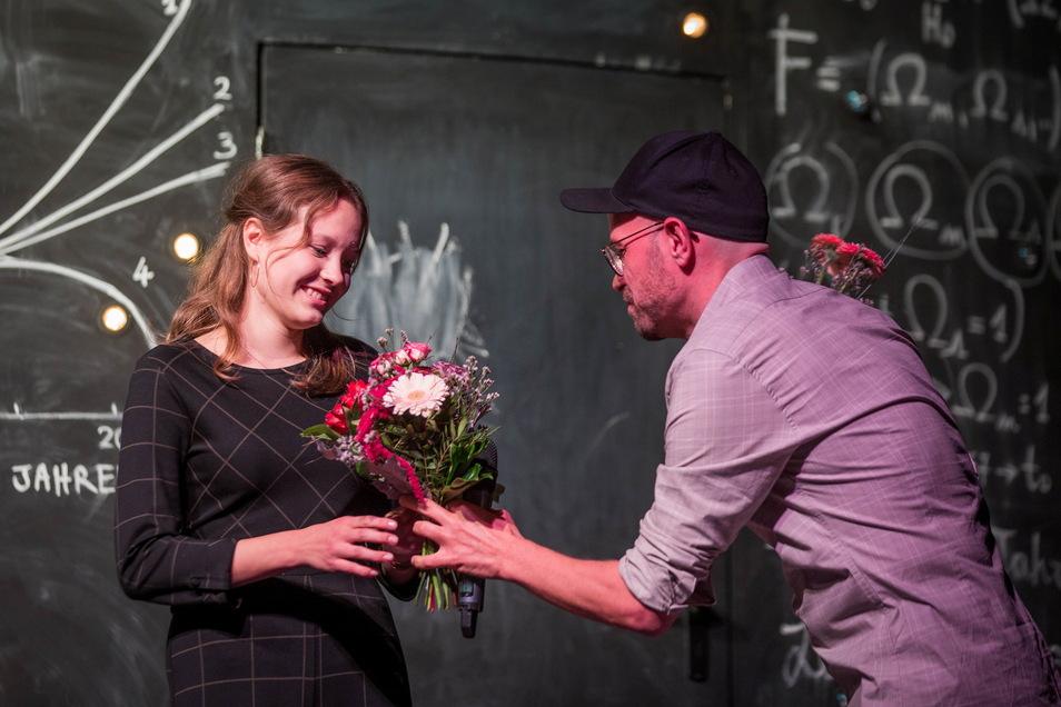 Comödien-Intendant Christian Kühn überreichte Lila auf der Bühne persönlich die Blumen.